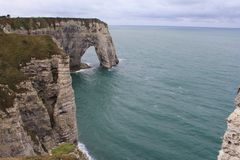 在白色雪花石膏峭壁海岸在normady,法国的弧在夏天 库存图片