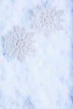 在白色霜雪背景的两美丽的闪耀的葡萄酒雪花 冬天和圣诞节概念 免版税库存照片