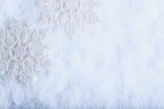 在白色霜雪背景的两美丽的闪耀的葡萄酒雪花 冬天和圣诞节概念 库存图片