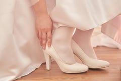 在白色鞋子的女性脚 免版税库存照片