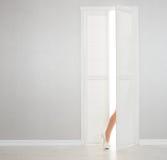 在白色鞋子的妇女腿看在门户开放主义外面 库存照片