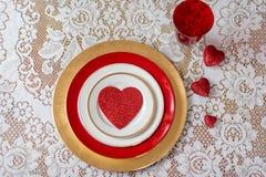 在白色鞋带的红色心脏华伦泰` s天餐位餐具的 免版税库存图片