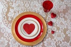在白色鞋带的红色心脏华伦泰` s天餐位餐具的 图库摄影