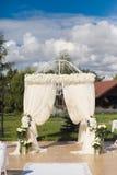 在白色颜色的婚礼装饰 库存照片