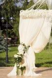在白色颜色的婚礼装饰 免版税图库摄影