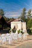 在白色颜色的婚礼装饰 免版税库存图片