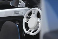 在白色颜色的汽车内部 白色镜子、门和方向盘 库存图片