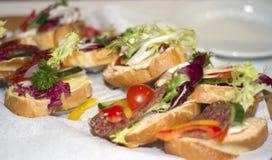 在白色餐巾的三明治 免版税库存图片