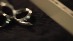 在白色餐巾的理发师工具 框架 刮辅助部件的理发师 特写镜头理发师工具在桌上 理发师剪刀 影视素材
