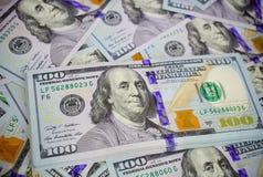 在白色,宏观射击的新的美国100美金 S 100个票据美元 库存照片