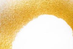 在白色,抽象背景的金黄闪烁沙子纹理框架 库存图片