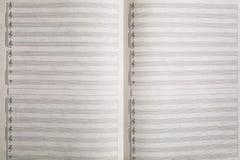 在白色,无缝的样式的抽象音乐纸张 免版税库存图片