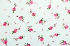 在白色织品样式背景的花 库存图片
