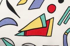 在白色织品的不同的五颜六色的形状 免版税库存图片