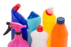 在白色洗碗盘行为液体隔绝的五颜六色的塑料瓶 免版税库存照片