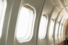在白色b和空的白色窗口空白隔绝的窗口飞机 免版税库存图片