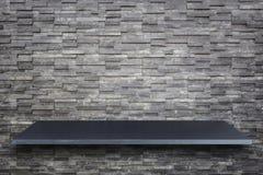 在白色ba或柜台隔绝的空的上面自然石桌 库存照片