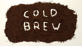 在白色Ba的碾碎的咖啡明白解说的冷的酿造 免版税库存图片