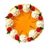 在白色bac用樱桃和奶油色顶视图隔绝的橙色蛋糕 库存照片
