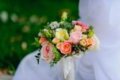在白色backgound的婚礼花束与绿草 免版税图库摄影