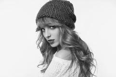 在白色backgr和帽子的正面白肤金发的妇女隔绝的毛线衣 库存照片