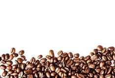 在白色backgr隔绝的烤咖啡豆背景纹理 免版税库存图片