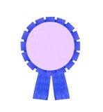 在白色Backgr隔绝的空白的蓝色得奖的丝带玫瑰华饰 库存图片