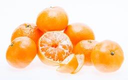 在白色Backgro隔绝的被剥皮的普通话蜜桔橙色果子 库存照片