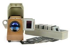 在白色backgrou隔绝的老幻灯机和套幻灯片 免版税图库摄影