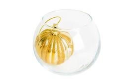 在白色backgrou隔绝的一个玻璃花瓶的金黄圣诞节球 库存图片
