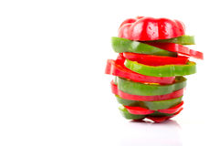 在白色backgrou隔绝的切片新鲜的五颜六色的甜椒 免版税库存照片
