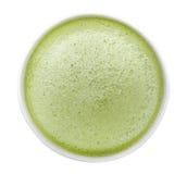 在白色backgroud隔绝的热的matcha绿茶泡沫顶视图,道路 免版税库存照片