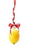 在白色backgroun隔绝的柠檬形状的圣诞节球 库存图片