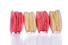 在白色backgroun隔绝的甜和五颜六色的法国蛋白杏仁饼干 免版税库存图片