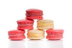 在白色backgroun隔绝的甜和五颜六色的法国蛋白杏仁饼干 库存照片