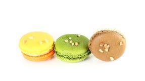 在白色backrgound的五颜六色的macarons 免版税库存图片