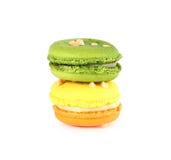 在白色backrgound的五颜六色的macarons 免版税库存照片
