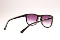 在白色backround的紫色玻璃 免版税库存照片