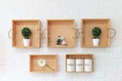 在白色birck墙壁上的木架子安置的室内装璜 库存照片