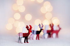 在白色bokeh背景的圣诞节鹿 免版税图库摄影