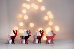 在白色bokeh背景的圣诞节鹿 库存照片