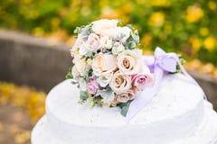 在白色colomn的美丽的现代婚礼花束 免版税库存照片