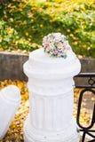 在白色colomn的美丽的现代婚礼花束 库存照片