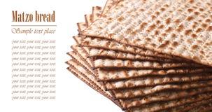在白色horizonta犹太Matza小面包干宏指令隔绝的堆 免版税库存照片