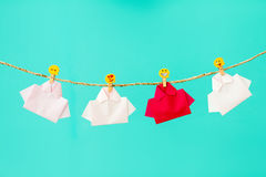在白色origami衬衣糊墙纸的一红色与面孔象o中 库存图片