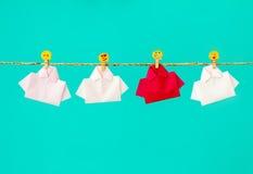 在白色origami衬衣糊墙纸的一红色与面孔象o中 免版税库存图片