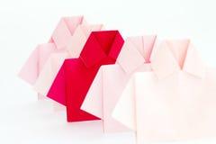 在白色origami衬衣纸中的一红色,独特的个性a 免版税库存照片