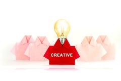 在白色origami衬衣纸中的一红色,独特的个性a 图库摄影