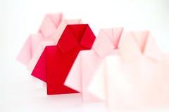 在白色origami衬衣纸中的一红色,独特的个性a 免版税图库摄影