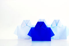在白色origami衬衣纸,独特的个性中的一蓝色 免版税库存图片